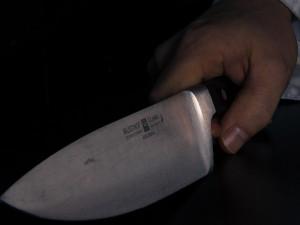 Po dvou vražedných útocích vedených nožem, zůstali dva těžce zranění cizinci