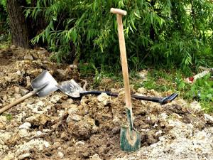 Stavební dělník spadl do mělkého výkopu a zranil se o vlastní lopatu