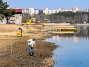Bolevák prochází před sezonou nutnou údržbou, ze břehů i dna mizí rákos a orobinec
