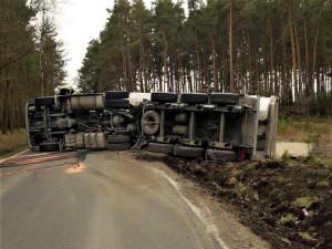 Převrácený kamion s vysypaným nákladem blokuje dopravu na Plzeňsku, další nehoda se stala opodál
