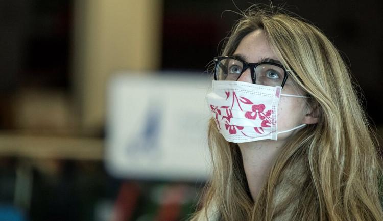 Venku budou muset mít lidé od 10. května zakrytá ústa a nos jen při blízkém setkání více osob