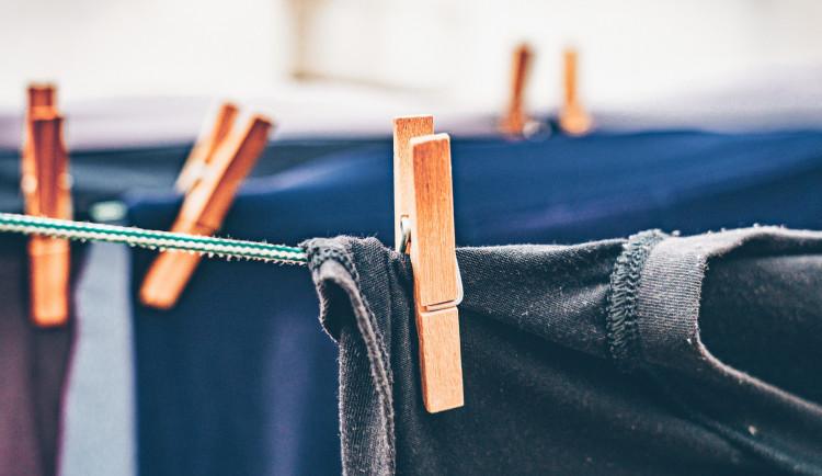 Zloděj vybílil sušárnu bytového domu, nájemníky připravil o outdoorové oblečení za 22 000 korun