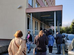 Finanční úřady obklíčily fronty, opozdilci přišli podat daňová přiznání