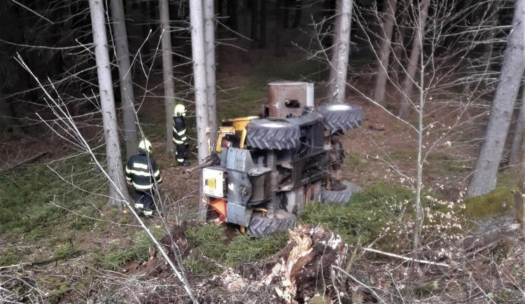 Z prudkého srázu se na Šumavě zřítil nakladač i s řidičem, další těžký stroj shořel
