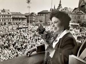 Exkluzivní fotografie: Velvyslankyně USA Shirley Temple Black navštívila první slavnosti osvobození