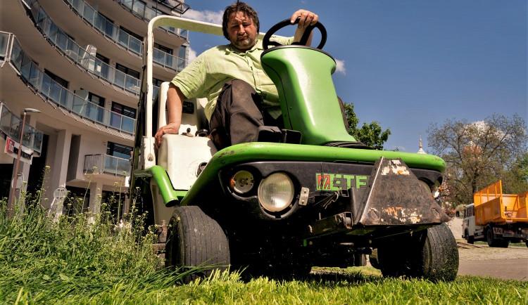 Centrální plzeňský obvod zavádí na svém území nový způsob sekání trávy