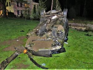Mladý řidič Audi nezvládl jízdu na mokré silnici, narazil do stromů, do mostku a vážně se zranil