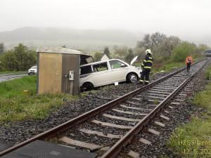 Muž ignoroval signalizaci na přejezdu, vlak dodávku odmrštil na drážní zařízení