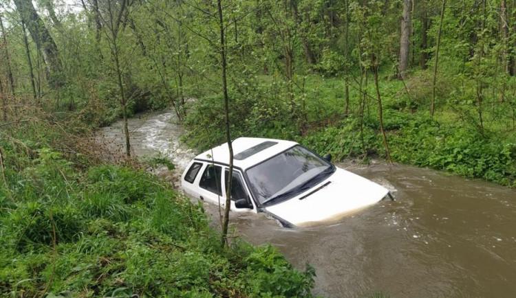 Seniorka chtěla s autem projet brod rozvodněného potoka, proud ji strhl a unášel pryč