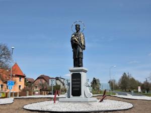 Nalezená socha Jana Nepomuckého nově hlídá kruhový objezd v Nepomuku