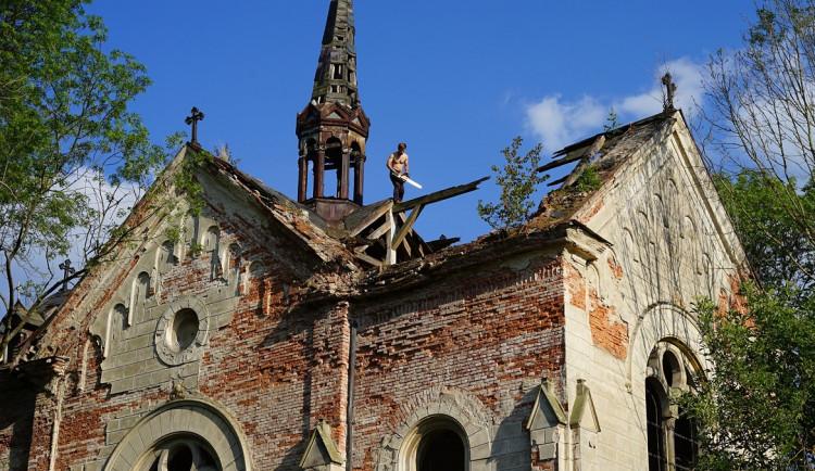 Skupina mladých nadšenců z Česka a Německa opravuje zdevastovaný kostel sv. Anny