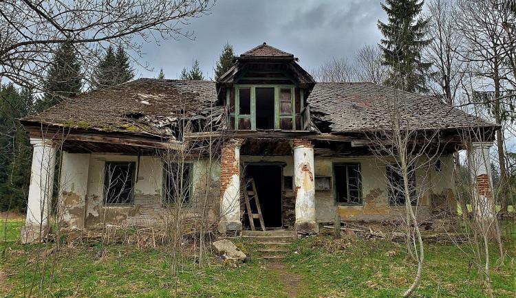 Do legendární šumavské hájovny Pustina jezdil i prezident Beneš, teď je z ní ruina a cíl vyznavačů urbexu