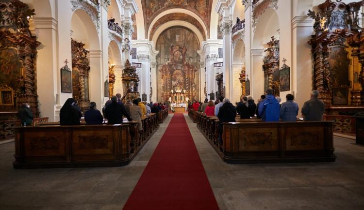 V jezuitském kostele po dlouhé pauze zazněla mše, památka je znovu otevřena veřejnosti