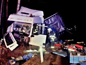 Policie hledá tři důležité svědky nehody náklaďáku, se kterým havaroval namol opilý řidič