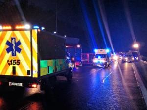 Dva kamiony se srazily na dálnici D5, jednoho řidiče hasiči vyprostili otvorem vyříznutým do čelního skla