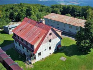 Z vrcholku Čerchova začíná postupně mizet deset starých armádních budov