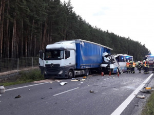 Tragickou srážku s kamionem nepřežila jedna cestující, policie obvinila řidiče autobusu