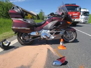 Německého motorkáře smetla u hranic řidička mercedesu přijíždějící na hlavní silnici