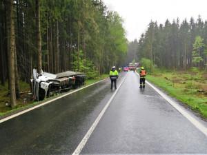 Hlavní tah od přechodu Folmava ochromila nehoda kamionu, ten porazil i strom přes vozovku
