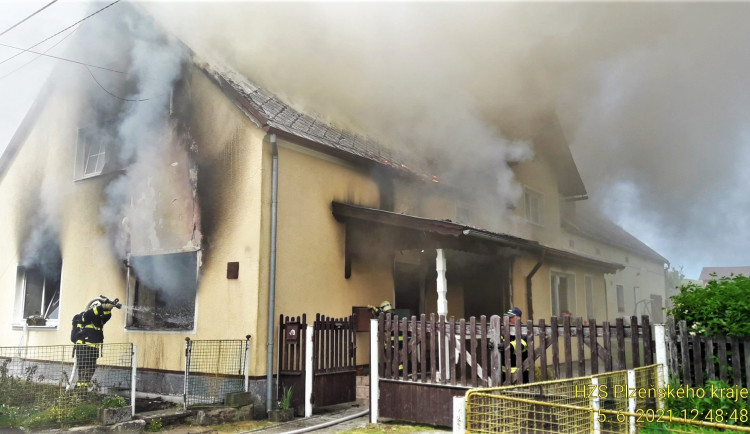 Deset jednotek hasičů bojovalo s rozsáhlým  požárem rodinného domu