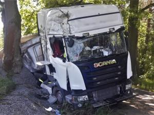 Pod soupravou s nákladem štěrku se utrhla krajnice, vozidlo pak narazilo do stromu