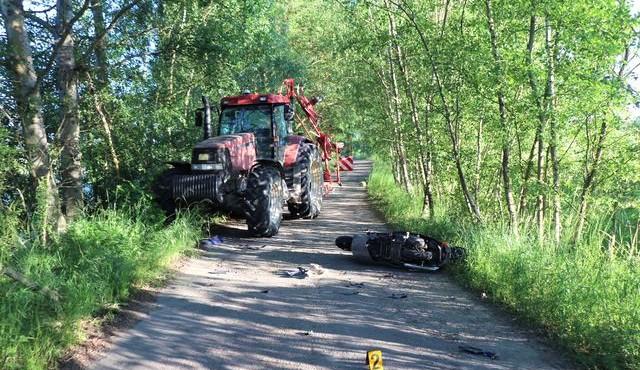 Opilý jezdec na motocyklu to na úzké silničce napálil rovnou do traktoru