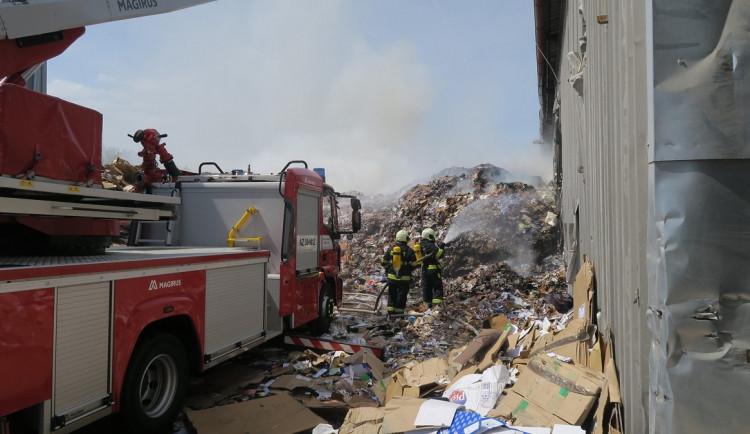 Hasiči bojují s požárem haly, hoří tam papírový odpad