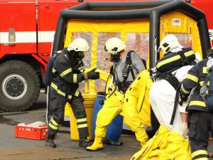 Z areálu firmy unikly nebezpečné plyny, dva lidé zemřeli