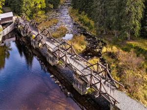 Rekonstrukce unikátního hradlového mostu Rechle u šumavské Modravy se posouvá