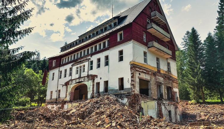 Nejkrásnější šumavský hotel RIXI se mění v trosky, ministerstvo obrany nechalo část zotavovny zbourat