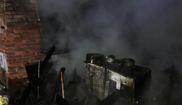 Při sušení spacáků vzplála táborová kuchyně, dvě osoby se nadýchaly zplodin