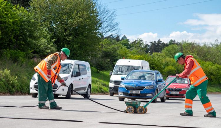 Na řidiče přijíždějící z Prahy do Plzně čeká omezení, začala výměna povrchu vozovky