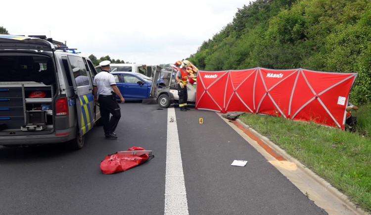Silničář přišel o život při práci na I/27. Do vozidla údržby silnic narazila v plné rychlosti řidička osobáku