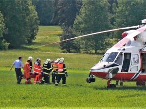 Lékař slaňoval z vrtulníku letecké záchranné služby k cyklistce, která se vážně zranila na Šumavě