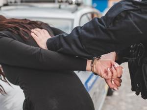 Nepříčetná cizinka v opilosti pořezala sebe i malou dceru skleněným střepem, toužila po smrti