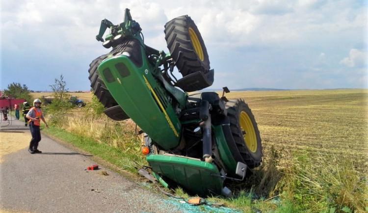 Při nehodě traktoru se na Plzeňsku vážně zranil jeho řidič