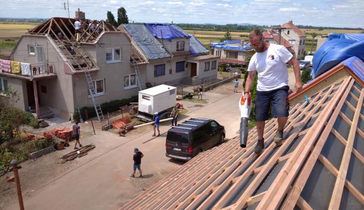 Parta pokrývačů z Domažlic vyjela pomoci na Moravu s opravou střech poničených tornádem