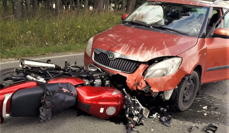 Motorkář při předjíždění skončil pod koly protijedoucího osobáku