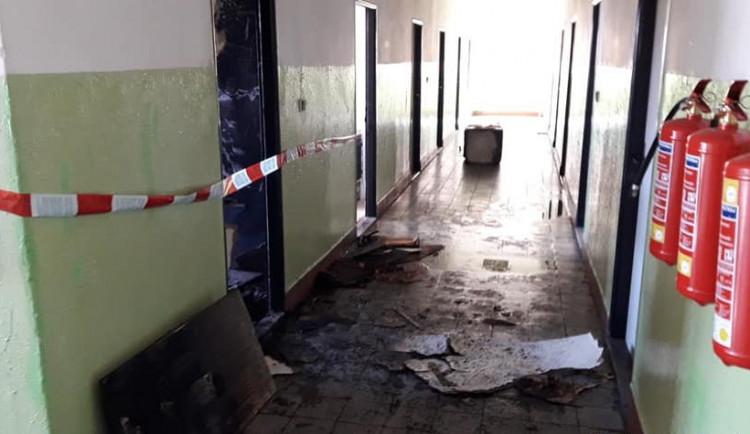 Za březnovou explozí na ubytovně jsou výpary toluenu, nájemník je na pokoji odpálil zapalovačem a málem uhořel