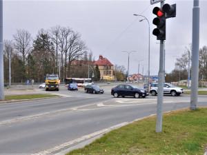 Začíná přestavba vytížené křižovatky na Karlovarské, řidiči autobusů už tam nebudou drhnout podvozkem
