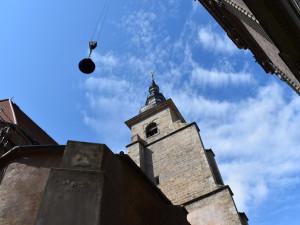 Na věži kostela františkánů opět bije zvon, vrátil se tam po téměř 80 letech