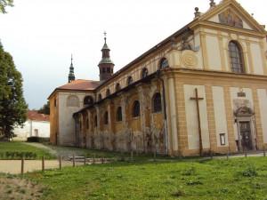 Opravený kostel v Plasích s unikátním románským portálem se opět otevřel veřejnosti