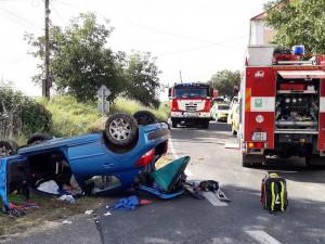 Senior nezvládl řízení a skončil s autem na střeše, pro spolujezdkyni letěl vrtulník