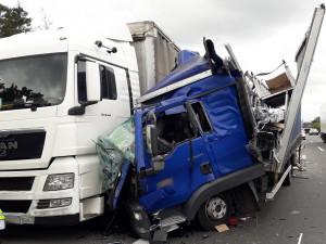 Nákladní vůz se rozpáral o kamion, nehoda komplikovala dopravu na dálnici D5 ve směru na Prahu