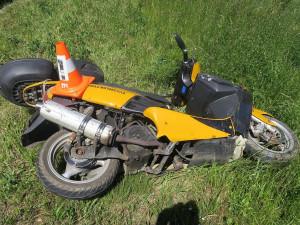 Opilec bez řidičáku havaroval na motocyklu, který odcizil jeho majiteli. Při nehodě zranil spolujezdce
