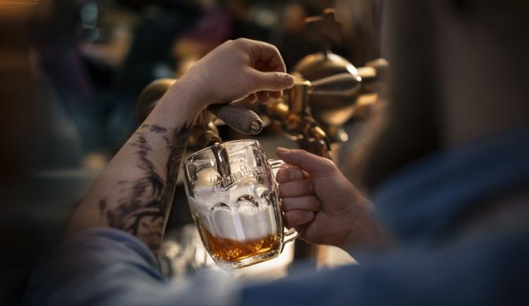 Za pivo z Prazdroje si od října připlatíme, změny se po třech letech dotknou i čepovaného