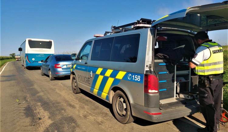 Děti nedojely první den včas do školy, do jejich autobusu narazil s osobákem mladý řidič