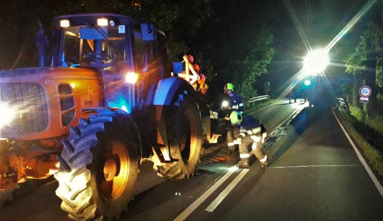 Řidič dodávky nepřizpůsobil rychlost a zapíchl se do traktoru silničářů