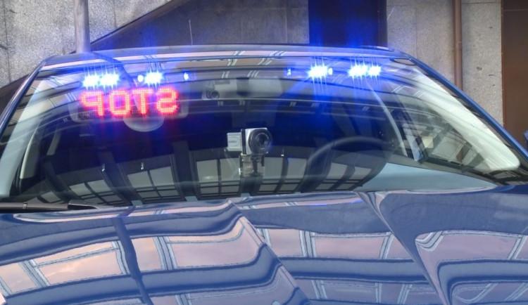 Zdrogovaný řidič s platným zákazem řízení ujížděl stovkou před policejní hlídkou ulicemi Plzně