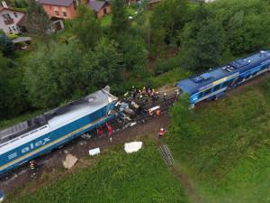 Srážku vlaků u Domažlic stále šetří policie i inspekce. Jeden z cestujících nadále zůstává v nemocnici
